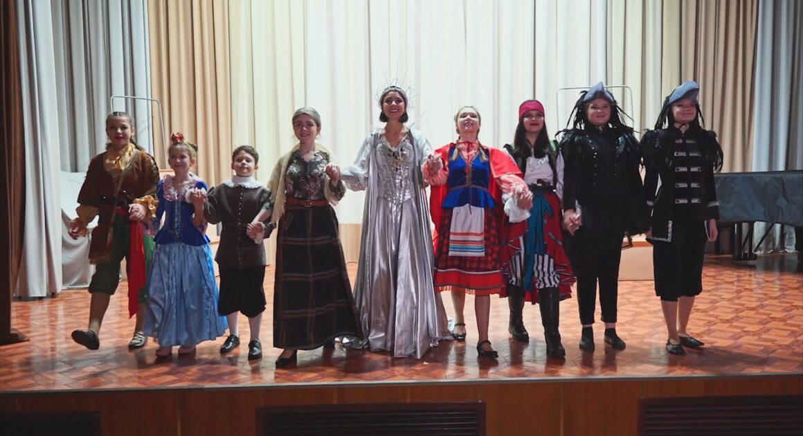 Отделение «Музыкальный театр» ДШИ им.Г.В.Свиридова поздравляет всех с Новым годом!